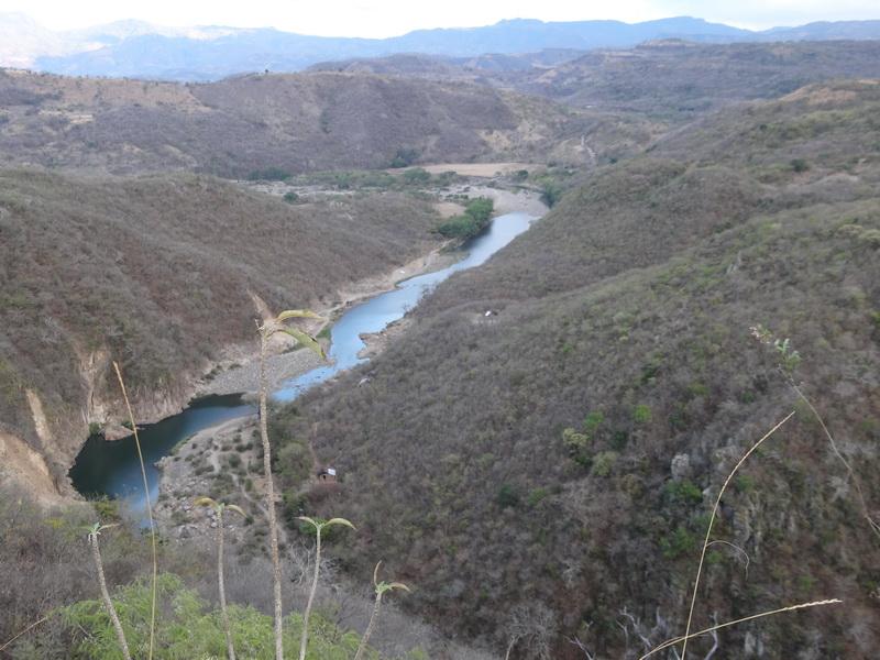 Flusslauf und Camping